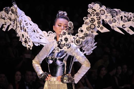 Thanh Hằng giữ vị trí Vedette trong bộ sưu tập No.8 của Công Trí trong đem khai mạc VietNam International Fashion Week