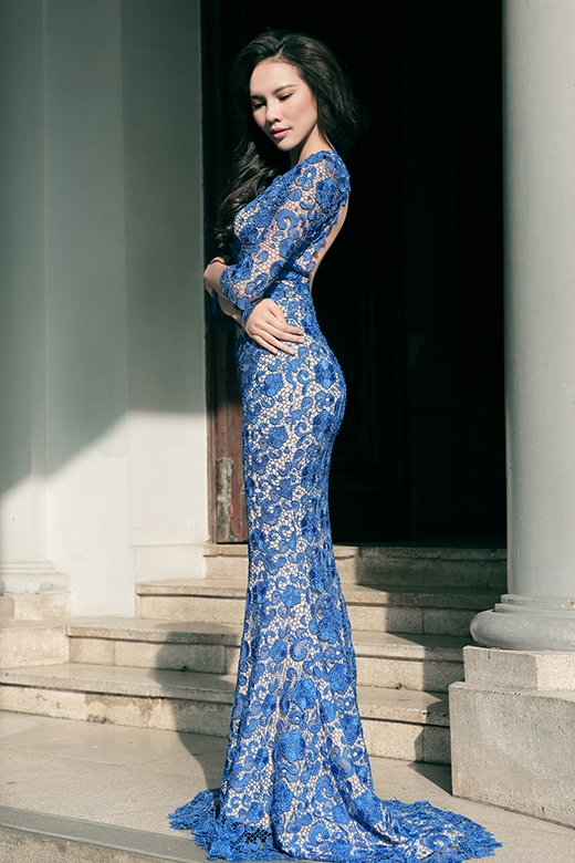 Thiết với với phần khoét lưng sâu càng tôn lên vẻ gợi cảm vốn có của Hoa hậu Siêu quốc gia Việt Nam 2015.