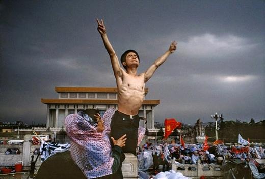 Một người biểu tình tại Quảng trường Thiên An Môn, Bắc Kinh năm 1989.