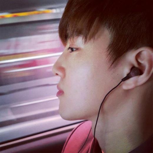 Chanyeol bất ngờ khoe hình Suho đang nghe nhạc và chia sẻ đầy tâm trạng: Hôm nay, tôi đã đặt tai nghe lên tai tôi và lại nghe nhạc... Bởi vì âm nhạc là loại thuốc duy nhất hợp pháp được cho phép.