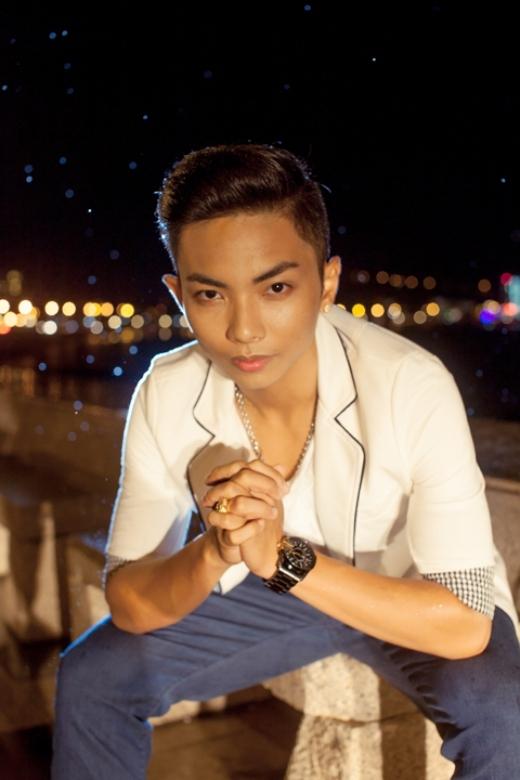 Phan Hiển là Kiện tướng Dancesport khi còn rất trẻ, chàng trai sinh năm 1993, kém Khánh Thy tới 12 tuổi.