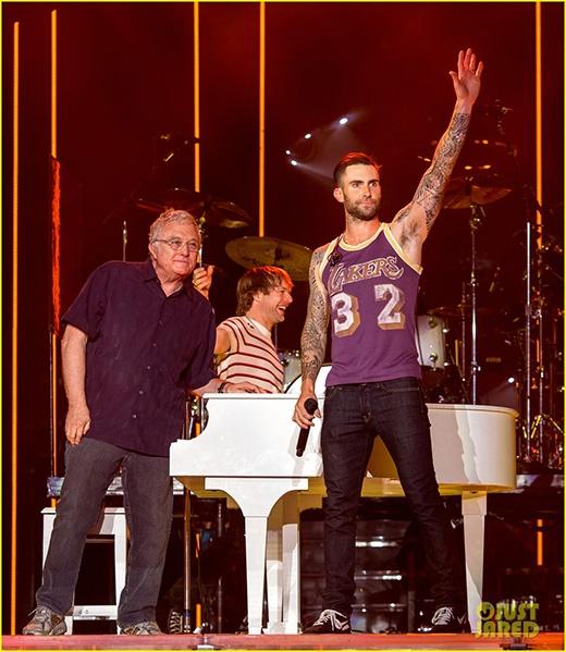 Adam Levine hoảng hốt vì bị fan cuồng sàm sỡ