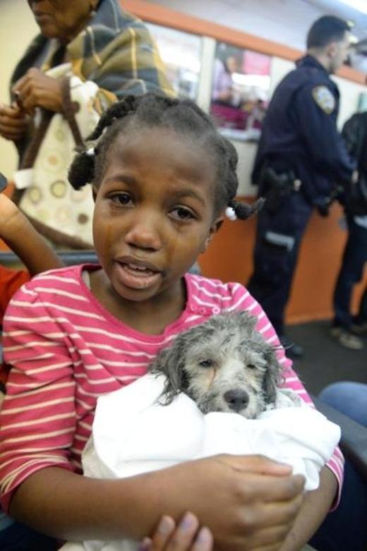 Cô béBellavui mừng bật khóc nức nở ôm Mickey vào lòng.