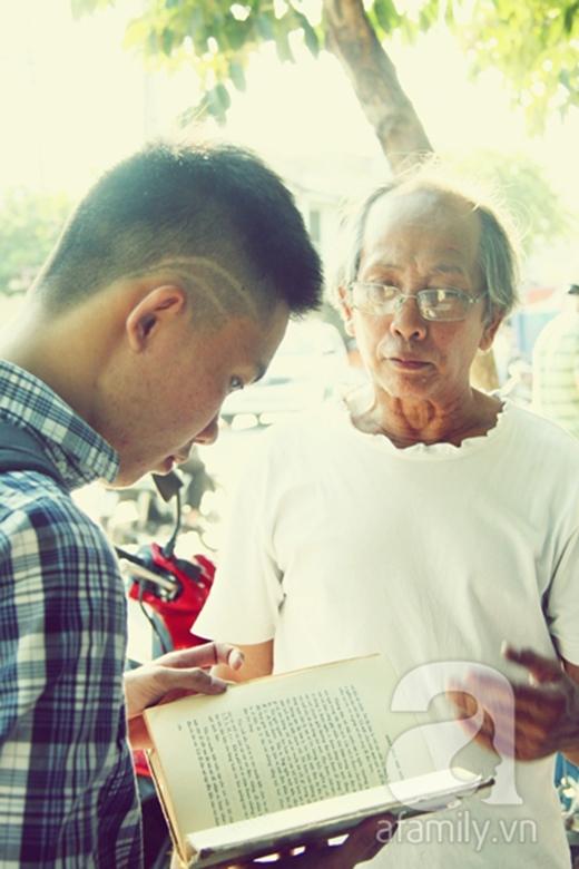 """Chủ nhân hiệu sách cũ Bách Hợp là chú Lê Huỳnh Trí, 66 tuổi, là một người có niềm đam mê sách mãnh liệt. Gắn bó với nghề bán sách cũ suốt 30 năm, chú Trí đã tích lũy được 10 tấn sách sau 6 lần di dời cửa hiệu. """"Mỗi lần đổi chỗ là mỗi lần chật vật vì phải di dời một lượng sách quá lớn. Nhớ lần dời tiệm sách sang đường Đặng Văn Bi này tôi phải tốn mất mấy ngày vận chuyển và 3 tháng để sắp xếp sách lên kệ, mới có thể bắt đầu buôn bán. Thế mà giờ đây tôi phải ngậm ngùi nói lời chia tay với cửa hiệu cuối cùng của mình"""", chú Trí nghẹn ngào nói. Được biết chú Trí đã tìm kiếm mặt bằng mới để di dời tiệm sách nhưng do thời gian quá eo hẹp, chú không kiếm được nơi nào ưng ý. """"Có nơi cho thuê nhưng buộc phải đặt tiền cọc đến 6 tháng tiền mặt, tôi không đủ tiền trả. Sau mấy đêm trằn trọc không ngủ được, tôi quyết định treo bảng giải nghệ""""."""
