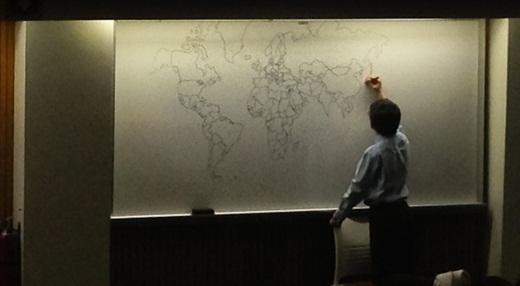 Bé tự kỷ 11 tuổi vẽ bản đồ thế giới cực chính xác chỉ bằng... trí nhớ