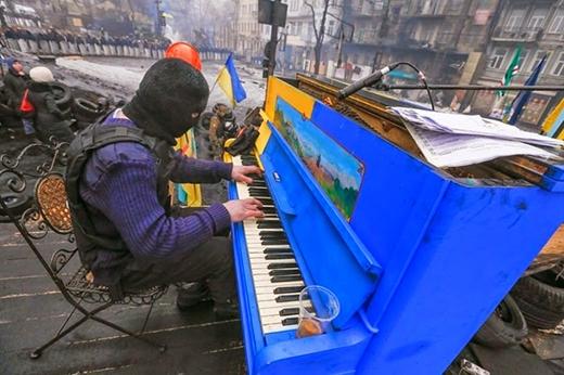 Một người biểu tình Ukrainia chơi piano trong cuộc bạo loạn ở thủ đô Kiev.