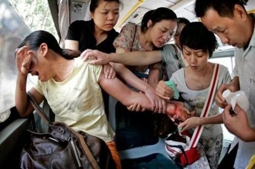 Những hành khách trên chuyến xe bus đang cố gắng cứu lấy một người phụ nữ có ý định tự tử (Trung Quốc).