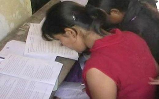 Một học sinh đang quay cóp khi làm bài kiểm tra.