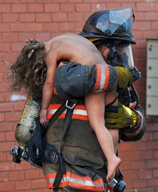 Lính cứu hỏa Donald Spindler đã cứu cậu bé 6 tuổi Aaliyah Frazier khỏi một đám cháy ở Ấn Độ.