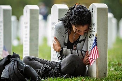 Thania Sayne khóc trước bia mộ của chồng chỉ một ngày trước lễ kỷ niệm đám cưới của họ.