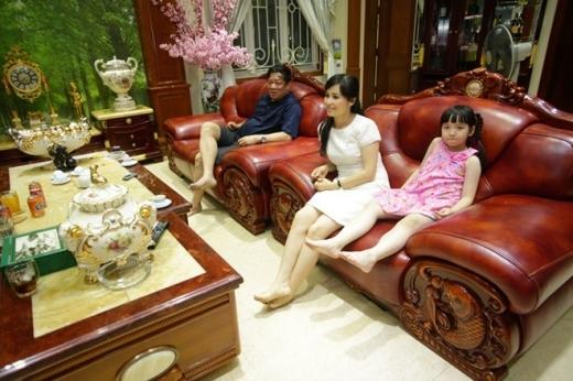 Bích Ngọc là con gái thứ 3 trong gia đình có 4 chị em. Cô bé có mẹ là ca sĩ Trang Nhung, bố là doanh nhân Ngô Nhật Phương.