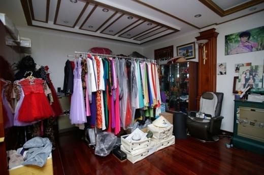 Dù gia đình dư giả, Trang Nhung chỉ mua quần áo phù hợp với con, không mua hàng hiệu. Trang phục đi diễn của Bích Ngọc và mẹ được treo ở khu vực riêng.