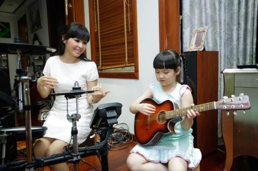 Lúc rảnh rỗi, Bích Ngọc xin phép mẹ vào phòng nhạc cụ hát và học đàn. Ngoại trừ các tiết mục biểu diễn tại Vietnam's Got Talent do mẹ dựng, Bích Ngọc chưa từng được đào tạo thanh nhạc.