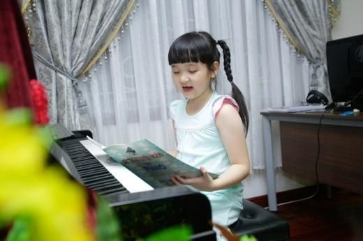 Trang Nhung kể, cô phát hiện con gái có khả năng ca hát trong sinh nhật bà nội. Bích Ngọc hát cả buổi không chịu nghỉ ăn uống. Bé đặc biệt có năng khiếu hát tiếng Anh.