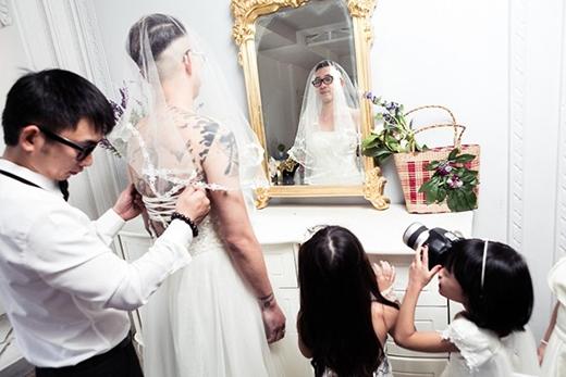 Xúc động với bộ ảnh cưới của ông bố đơn thân với hai cô con gái