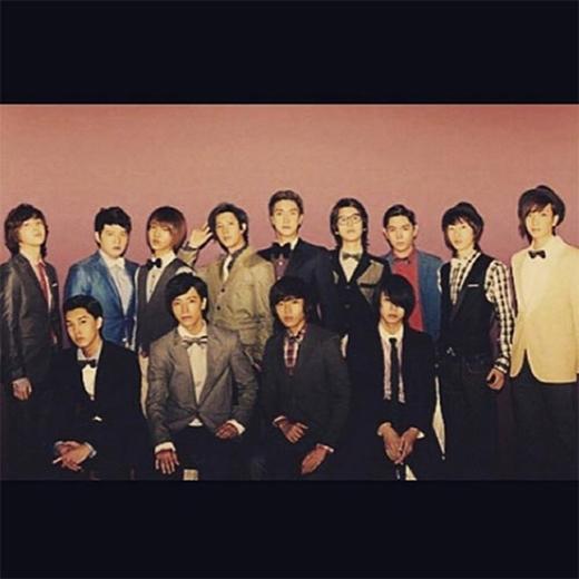 Siwon khoe ảnh đầy đủ 13 thành viên, anh tình cảm chia sẻ: Đã từ rất lâu rồi, mặc dù chúng tôi không còn ở bên cạnh nhau nữa nhưng chúng tôi vẫn đang đứng ở đây. Hôm qua là lịch sử, ngày mai sẽ là bí ẩn. Hôm nay là một món quà mà thượng đế đã ban tặng.