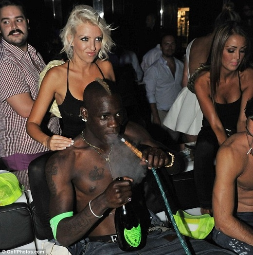 Giả chấn thương để trốn thi đấu, Balotelli tới hộp đêm quậy phá