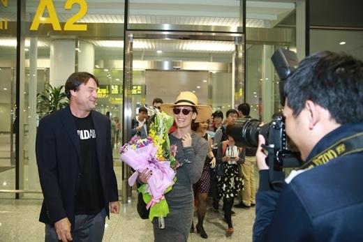 Mỹ nữ Hollywood Maggie Q xuất hiện giản dị cùng hôn phu tại Việt Nam