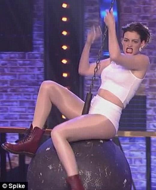 Anne Hathaway và bạn diễn phim Devil Wears Prada Emily Blunt đã cùng tham gia chương trình Lip Sync Battle của kênh Spike vào thứ hai tuần qua. Cô đã có một màn biểu diễn ấn tượng với bài Wrecking Ball của Miley Cyrus.