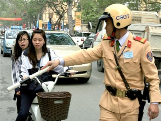 Không đội mũ bảo hiểm, học sinh có thể bị hạ hạnh kiểm