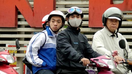 Nhiều phụ huynh ý thức việc đội mũ bảo hiểm cho con khi đi xe máy.