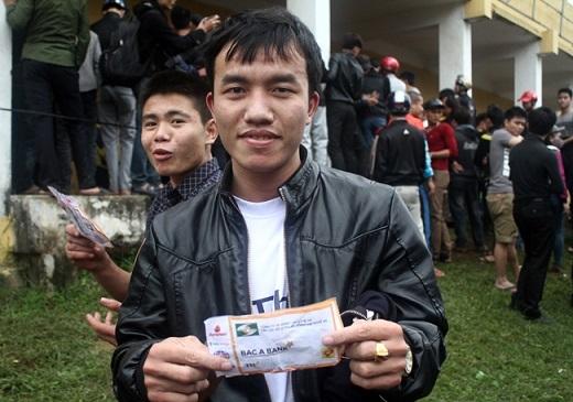 Nguyễn Xuân Hùng may mắn sở hữu được một cặp vé. Chàng trai sinh năm 1992 đã đi từ Hà Tĩnh ra Vinh mua vé.