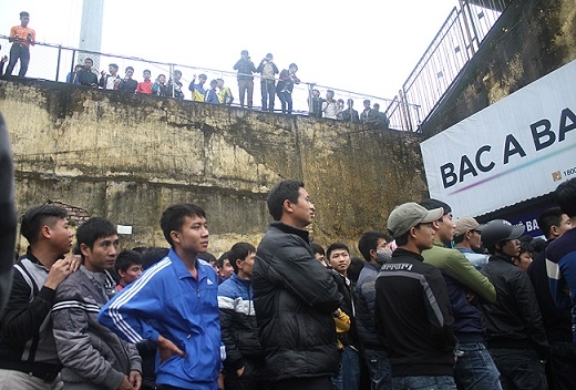 Các cổ động viên đứng bên khán đài A chờ tới 17h vẫn không có vé bán, thất vọng ra về.
