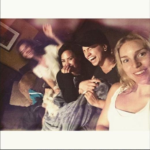 Những giây phút giải trí cùng bạn bè khiến Demi ngày càng thêm gần gũi với fans hâm mộ