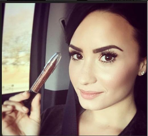 Cũng như bao cô gái, Demi là fans cuồng của những sản phẩm làm đẹp