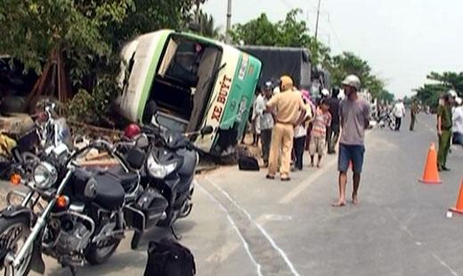 Hàng chục hành khách hoảng loạn trong chiếc xe buýt gây tai nạn.