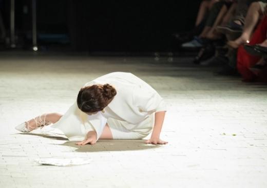 Nhận tiền lương ít ỏi, các người mẫu lại phải chịu nhiều áp lực và đau đớn khi làm nghề. Trong ảnh, người mẫu Hồng Quế bị ngã khi bước đi trên một đôi giày cao gót thiết kế cầu kỳ nhưng thiếu chắc chắn. - Tin sao Viet - Tin tuc sao Viet - Scandal sao Viet - Tin tuc cua Sao - Tin cua Sao