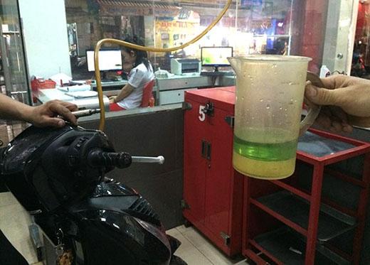 Một chiếc xe máy sau khi vào tiệm kiểm tra phát hiện trong xăng có nước. Ảnh: NVCC