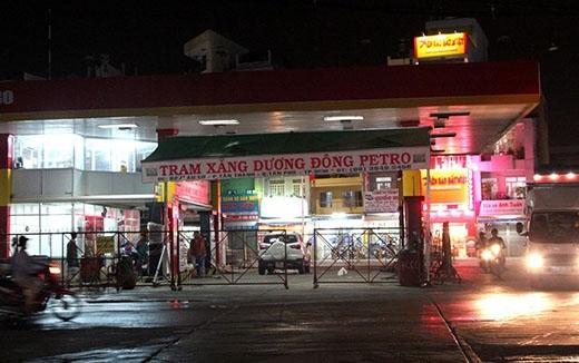 Sau khi phát hiện có nước trong xăng, cửa hàng đã đóng cửa để tìm hiểu nguyên nhân. Ảnh: Zen Nguyễn.