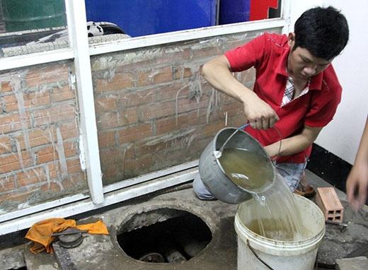 Nhiều nước đã được múc ra từ hầm chứa xăng. Ảnh: Zen Nguyễn.