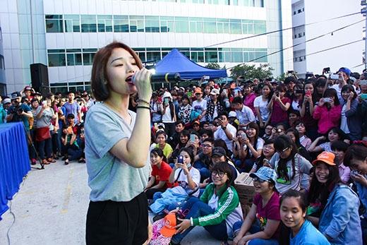 """Miu Lê và Tiêu Châu Như Quỳnh cực """"nhắng"""" tại trường đại học Công Nghiệp."""