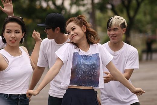 Tronie và Chi Pu huy động fan đại chiến giữa phố