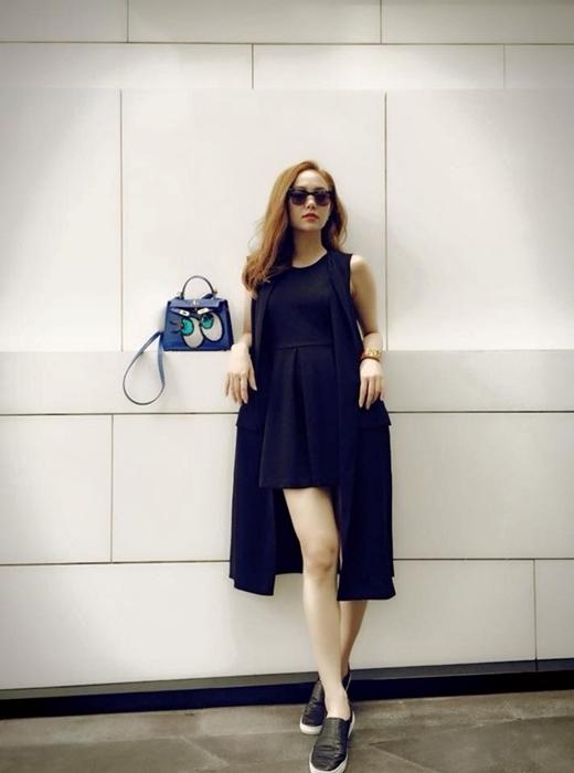 Một gợi ý khác của Minh Hằng khi kết hợp slip-on với bộ trang phục đen điệu đà và túi Shy girl khi xuống phố.