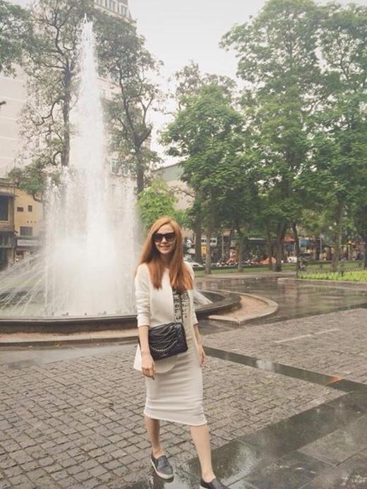 Cô nàng sành điệu với cách mix váy midi, blazer và đôi giày ưa thích.