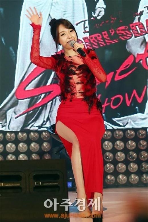 Thành viên Mina của nhóm Girl's Day suýt lộ vòng 3 khi ngồi biểu diễn trong bộ váy cắt xẻ tà từ hông. Đây là trang phục nhóm dành riêng cho ca khúc Something.
