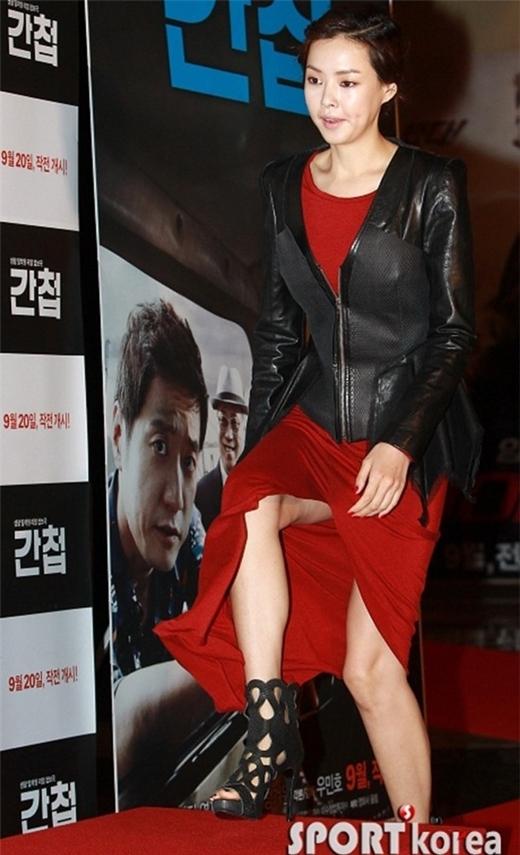 Diện bộ đầm xẻ ngay chính giữa chân váy nhưng cựu hoa hậu Lee Honey quên không che chắn cẩn thận. Trong lúc bước lên bậc, cô vô tình để lộ phần đùi kém thẩm mỹ.