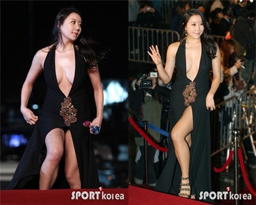 Trường hợp của nữ diễn viên Na Ha Kyung là sản phẩm được sắp đặt trước. Cô cố tình diện bộ váy sexy xẻ cổ sâu, tà váy cao khi tham dự sự kiện Rồng xanh và té ngã tại đây để gây sự chú ý.
