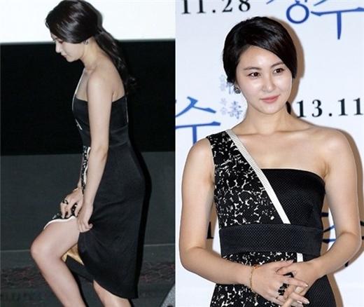 Chân váy xẻ khiến kiều nữ Son Eun Seo lo lắng luôn phải giữ lấy hai bên mép để tránh sự cố.