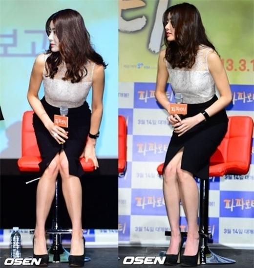 Dù mang đến vẻ gợi cảm nhưng chi tiết xẻ tà khiến Kang So Ra gặp khó khăn khi ngồi, cô buộc phải khép nép hai chân.