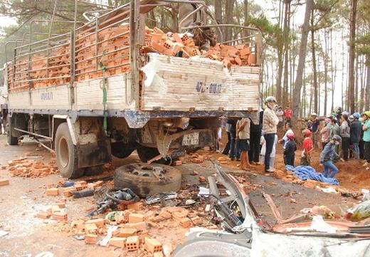 Gạch từ xe tải rơi vương vãi ra đường