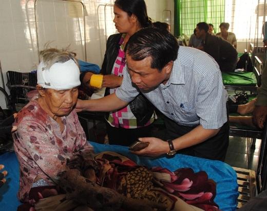 Lãnh đạo huyện Krông Buk thăm hỏi, hỗ trợ nạn nhân gặp nạn.