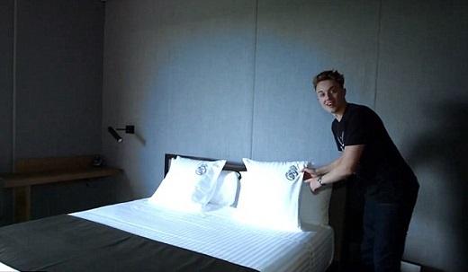 Chăn gối trong phòng in logo của Real.