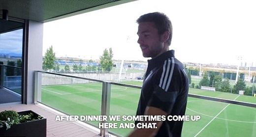 Hành lang nhìn ra sân tập nơi các cầu thủ Real thường tập trung tán gẫu sau bữa ăn tối.