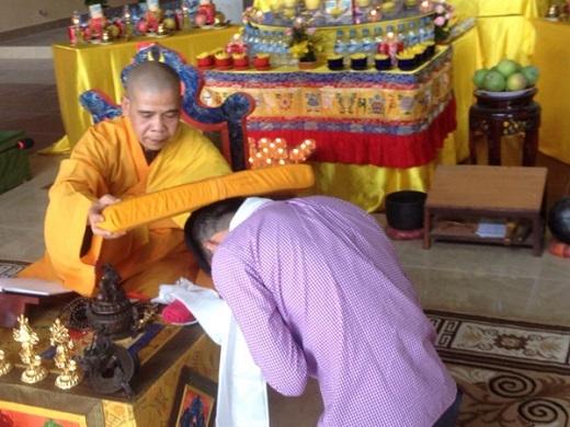 Công Vinh gây chú ý khi quy y cửa Phật