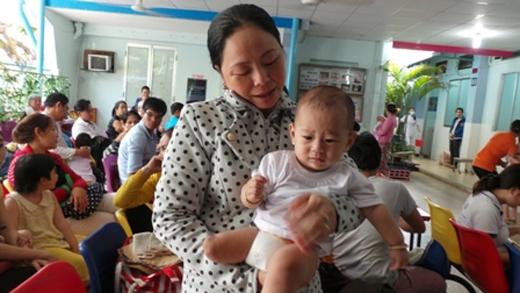 Bé Quốc Huy trước giờ tái khám tại bệnh viện Nhi Đồng 1