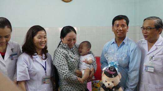 Bố con anh Nam chụp hình lưu niệm cùng lãnh đạo bệnh viện